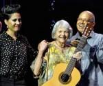 Pablo Milanes (D), Marta Valdés (C) y Haydee Milanes, durante el concierto que esta ultima le dedicara en su aniversario 80, en el teatro Mella, en La Habana, el 2 de octubre de 2014. AIN FOTO/Marcelino VAZQUEZ HERNANDEZ