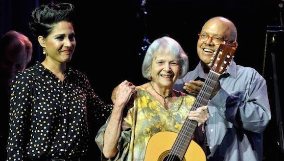 Pablo Milanes (D), Marta Valdés (C) y Haydee Milanes, durante el concierto que esta ultima le dedicara en su aniversario 80, en el teatro Mella, en La Habana, el 2 de octubre de 2014. AIN FOTO/Marcelino VAZQUEZ HERNANDEZ/