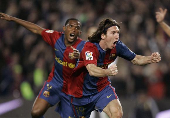 Messi celebra perseguido por Eto'o el segundo tanto del hat-trick que le marcó al Madrid en Liga en 2007. Foto: AP.