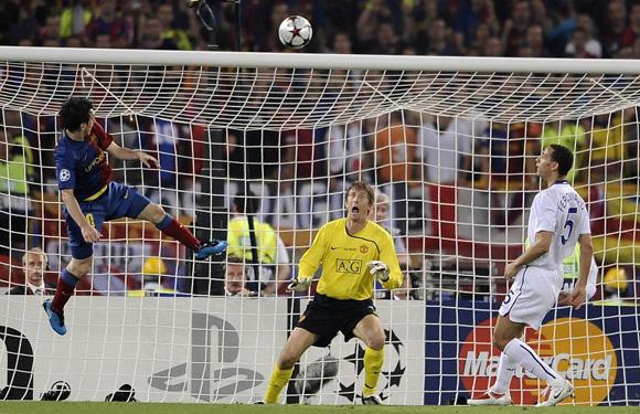 Messi marca de cabeza ante Van der Sar y Ferdinand en la final de la Champions 2009. Foto: AFP.