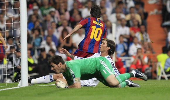 Messi celebra un gol en un clásico de 2011 y ante la desesperación de Casillas y Ramos. Foto: Álvaro García.