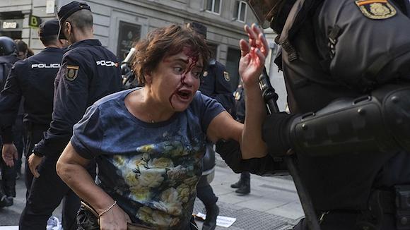 Mujer apaleada brutalmente por la policía en Madrid, en las manifestaciones de este sábado. Foto: Quées, de España
