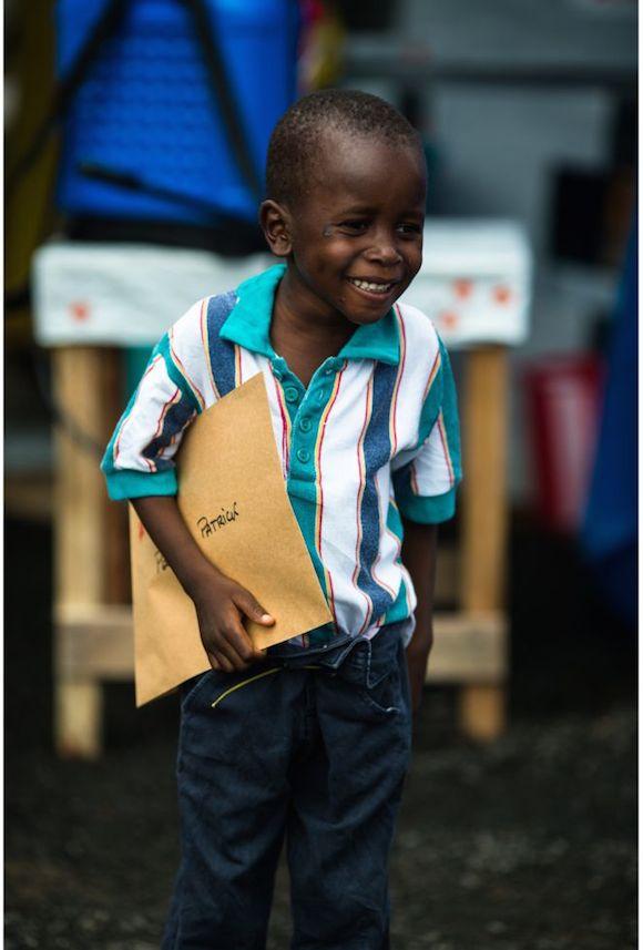 Patrick Poopel, de seis años, con el documento que certifica que ha superado el bola. Foto: Morgana Wingard.