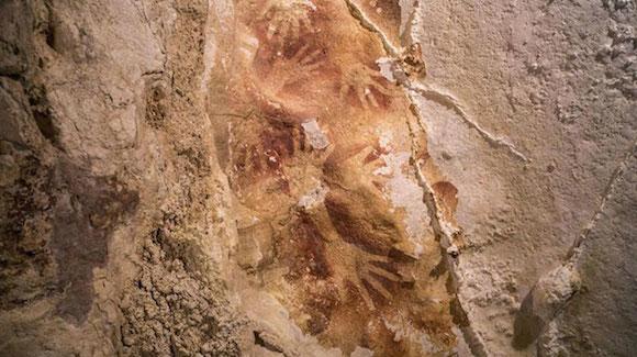 Fotografía facilitada por Nature de las pinturas prehistóricas de 39.000 años de antigüedad descubiertas en la isla de Célebes (Indonesia) por un grupo de arqueólogo australianos e indonesios.EFE
