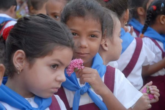 Los nuevos pioneros que ingresaron hoy a la Organización de Pioneros José Martí (OPJM), tras recibir sus pañoletas azules, en Sancti Spíritus, Cuba, el 8 de octubre de 2014.     AIN  FOTO/Oscar ALFONSO SOS