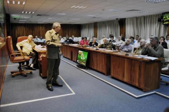 El General de Ejército, Raúl Castro Ruz, junto a Samuel Rodiles Planas, presidente del IPF, durante el análisis para la aprobación del Plan General de Ordenamiento Urbano de la ciudad de Santiago de Cuba en la reunión del Consejo de Ministros. Foto: Estudio Revolución