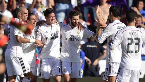 AFP/AFP - Los jugadores del Real Madrid celebran un gol del colombiano James Rodríguez (C), en la victoria 5-0 de los blancos ante el Levante, el 18 de octubre de 2014, en Valencia