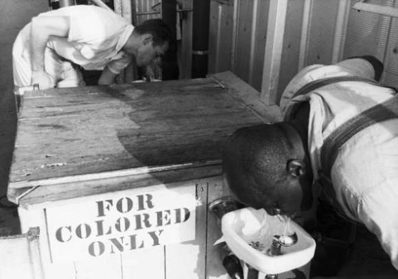 """Un cartelito que decía """"solo para negros""""."""