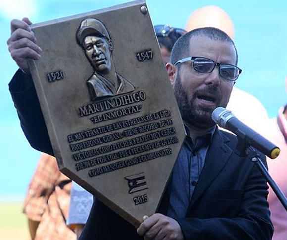 El realizador Ian Padrón, uno de los grandes promotores de la idea, muestra el prototipo de placa que honrará a los exaltados.