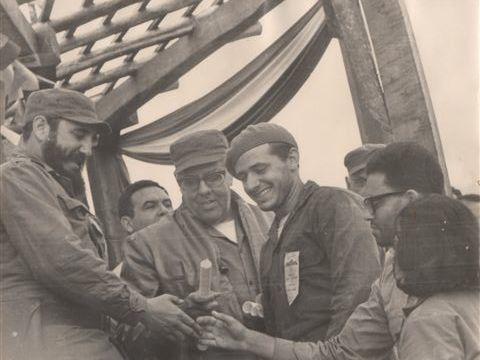 DR. Arce y otros son saludados por Fidel