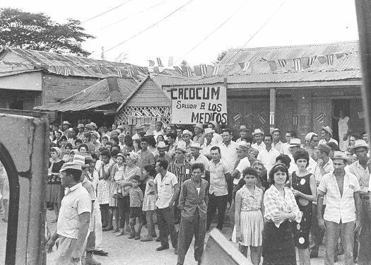 Pobladores de Cacocum a la espera del Tren con los que se graduarían en el Turquino .