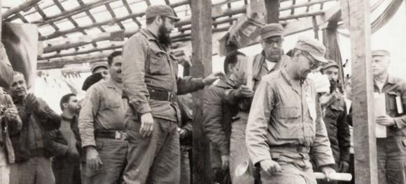 Fidel hace entrega de Titulos a los Grdaudos en el PICO CUBA