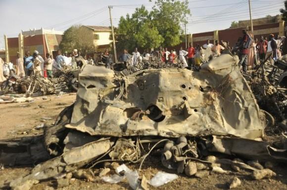 Al menos 90 personas murieron y más de un centenar resultaron heridas en la explosión de dos bombas en la mezquita de uno de los líderes musulmanes más importantes de Nigeria. Foto Ap