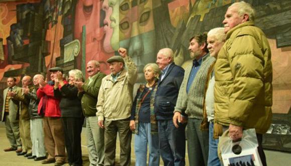 Varios de los sobrevivientes de la estructura clandestina comunista que dirigió Jorge Schindler entre 1974 y 1978 en Chile, durante un homenaje a ellos realizados en la Casa del Arte de la Universidad de Concepción, en agosto de este año. Fotos: Tomadas de BBC Mundo.
