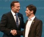 El ministro de Economía, Axel Kicillof derecha), en la cumbre del G-20 en Australia. Kicillof es saludado por el Primer Ministro de Australia, Tony Abbott.
