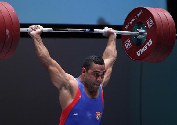 Iván Cambar implantó nuevo record Centroamericano en la especialidad de envion de los 77 kg de las Pesas. Foto: Ismael Francisco/Cubadebate.