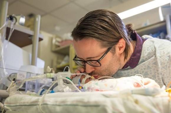 Chris Picco y su hijo Lennon, que nació a las 24 semanas de gestación mediante una cesárea de emergencia la semana pasada.
