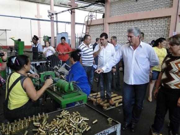 Díaz Canel durante la visita a la Empresa Oleohidráulica de Cienfuegos . Foto:  Efraín Cedeño / Cinco de Septiembre / Cubadebate