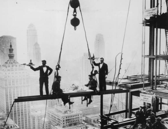 Dos camareros sirven su comida a sendos empleados del acero, en una viga sobre la ciudad de Nueva York, el 14 de noviembre de 1930, durante la construcción del hotel Waldorf-Astoria en Park Avenue.