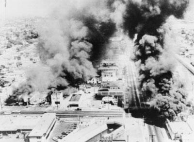 Edificios quemándose durante los disturbios de Watts, 1965, Fuente: New York World Telegram