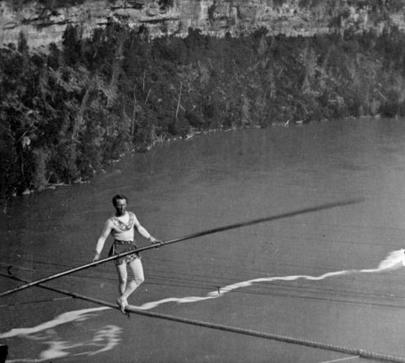El 14 de julio de 1967, el experto atravesando cuerdas flojas Henry Rechatin mantuvo el equilibrio sobre el techo de un Renault 4L, apoyado a su vez sobre una cuerda, en el Valle de Saint Laurent.