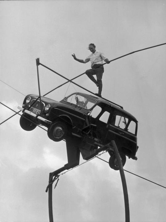 El 14 de julio de 1967, el experto atravesando cuerdas flojas Henry Rechatin mantuvo el equilibrio sobre el techo de un Renault 4L, apoyado a su vez sobre una cuerda, en el Valle de Saint Laurent, Rochefort