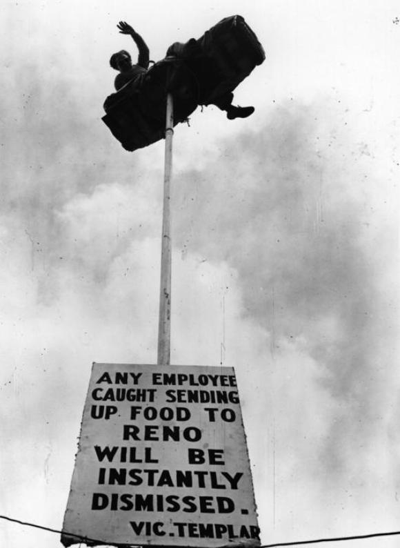 El acróbata 'Reno' mantiene el equilibrio sobre una barra de 12 metros en el zoo de Brighton, para protestar porque no le dejaban romper un contrato.