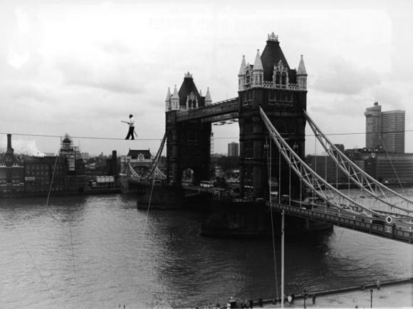 El artista de las alturas alemán Karl Wallenda (bisabuelo de Nik Wallenda), cruzó con 71 años el río Támesis, cerca de la Torre de Londres, sobre un cable de 110 metros, el 23 de noviembre de 1976.