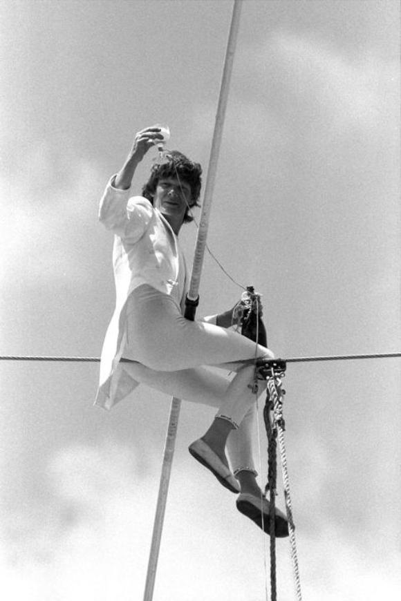 El equilibrista Philippe Petit, conocido por atravesar el espacio que había entre las Torres Gemelas sin autorización en 1974, deslumbró a un público de 2.500 personas cuando caminó por un cable de 61 metros.