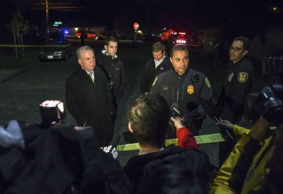 Elementos de la policía de Seattle durante los informes preliminares de la balacera ocurrida en una secundaria. Foto: Ap