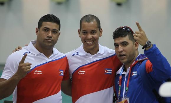 Jorge Grau, Guillermo Pias y Eliecer Mora, equipo ganador de la medalla de Oro en Pistola Neumatica 10 mts. Foto: Ismael Francisco/Cubadebate.