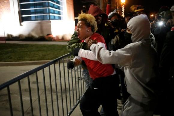 Estallan protestas en Ferguson13
