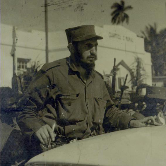A su paso en la caravana de la libertad, Fidel se detiene en el poblado de Catalina de Güines y en una improvisada tribuna sobre el estribo del auto habla a los presentes.  La instantánea se atribuye a un guinero de apellido Rivas aficionado a la fotografía.