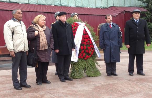 Fernando con Tamayo, Igor Kurennoi, Aleida Guevara y el embajador Emilio junto a la ofrenda floral en la llama eterna.
