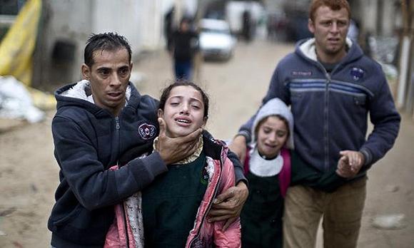 Las hijas del palestino Fadel Mohamed Halawa, de 32 años, muerto por el ejército israelí cerca de la frontera en el norte de Gaza, tras conocer la noticia sobre su padre. Foto: AFP