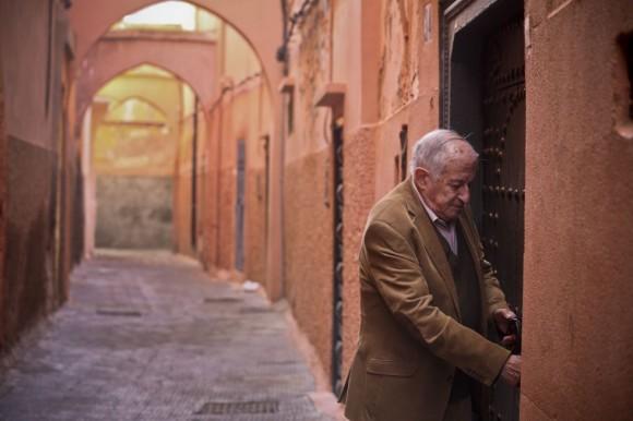 El escritor Juan Goytisolo, galardonado hoy con el premio Cervantes, entra en su casa de Marrakech en Marruecos. Foto: Bernardo Pérez.