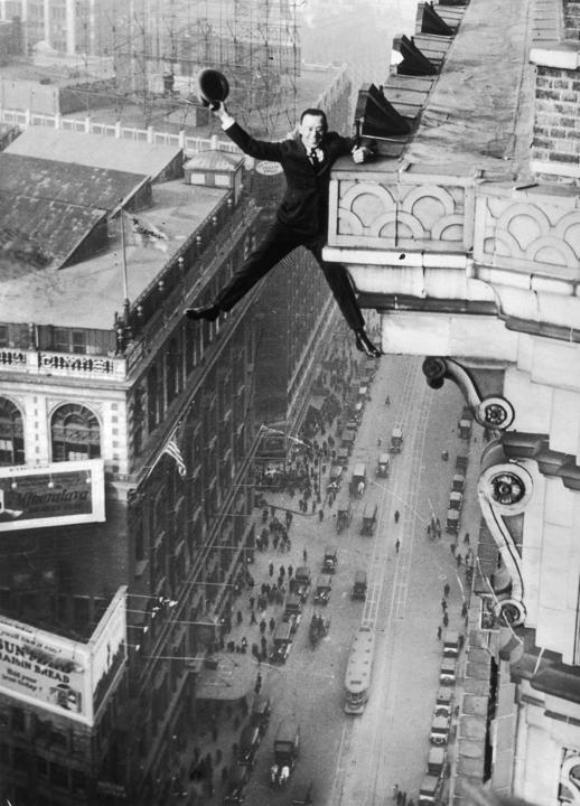 Harry Gardiner, de Washington DC, colgaba de la cornisa de la planta 24 del Hotel McAlpin, en Broadway, Nueva York.