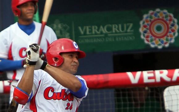 Cepeda conecto Jonrón.  Foto: Ismael Francisco/Cubadebate