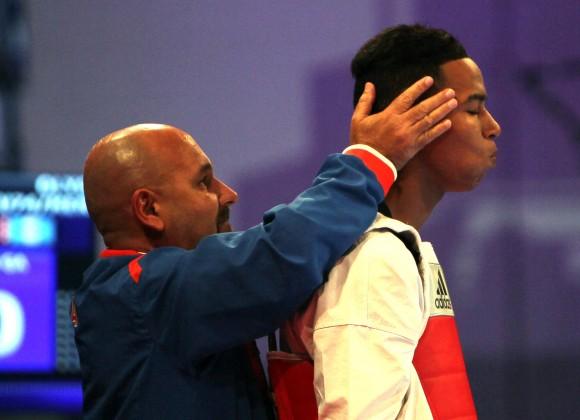 Medalla de Oro para el cubano Jose Angel Cobas en los 74 kg del Taekwondo junto a su entrenador Roberto Cardenas. Foto: Ismael Francisco/Cubadebate