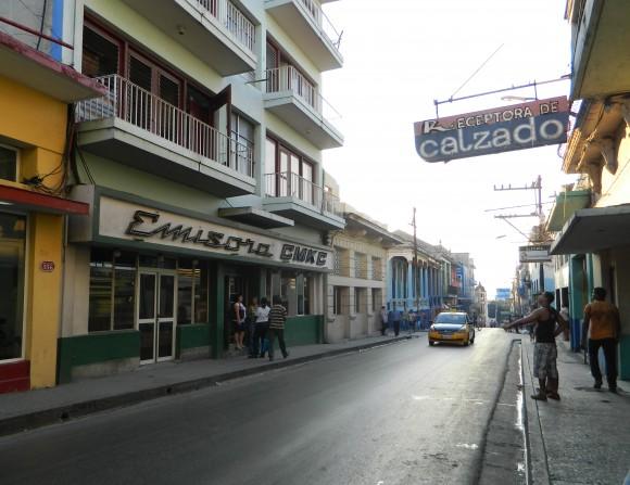 La calle Aguilera, una de las calles de la ciudad que termina en el mar. Foto: Susana Tesoro/Cubadebate.