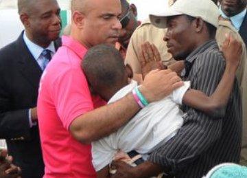 El Primer Ministro sostuvo un intercambio fraternal con los colaboradores cubanos interesándose por la labor que éstos desempeñan y agradeció el trabajo destacado que realizan los técnicos en la atención a los discapacitados haitianos. Foto: Franck RIMPEL.