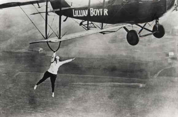 Lillian Boyer cuelga del ala de un avión, durante una de sus escenas acrobáticas en las que desafiaba a la muerte.