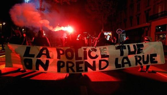 """Manifestantes protestan, en Marsella, Francia, por la muerte del estudiante Rémi Fraisse, el sábado pasado. La manta dice """"La policía mata. Nosotros tomamos la calle"""". Foto Reuters"""