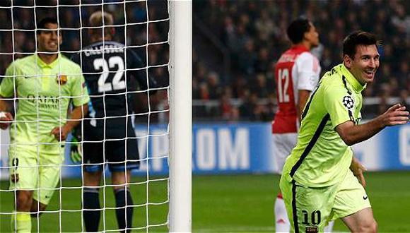 Lionel Messi (der.), celebra el gol que le anotó al Ajax, en la Liga de Campeones. Foto: AFP.