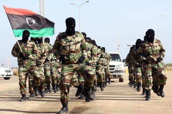 Militares libios marchan durante la ceremonia de graduación en una base de Trípoli. Foto: AFP