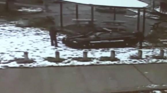 Un video difundido por decisión de la familia del joven se ve cómo el policía disparó segundos después de haber arribado al lugar tras la llamada recibida en el 911.