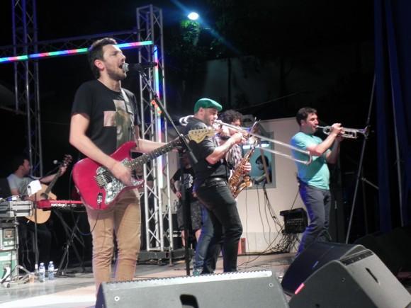 Entusiasmo, vitalidad y grandes energías mostraron en la escena los integrantes de No te va gustar. Foto. Marianela Dufflar