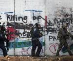 Policía fronteriza israelí camina por el muro de separación durante enfrentamientos con palestinos, en Ramallah, Jerusalén, el pasado 31 de octubre. Foto: Ap