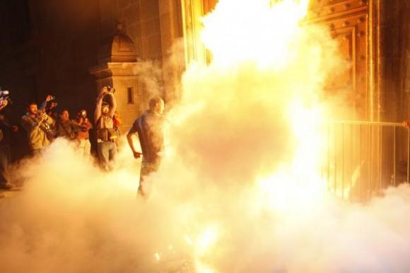 Queman puerta del Palacio Nacional.