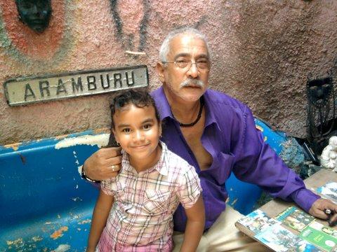 Salvador y Aleannys enel Callejón de Hamel, La Habana. Foto: Yoherpo / Cubadebate